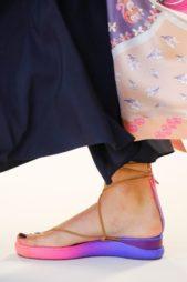 <p><strong>Chloé - كلوي</strong></p> <p>اضيفي الحيوية الى اطلالتك في هذا الصيف مع الحذاء الملون من دار كلوي والمزين بشرائط رفيعة باللون البيج لزينة عصرية للقدمين.</p>