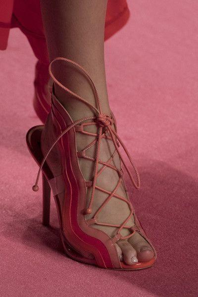 <p><strong>Elisabetta Franchi - اليزابيت فرانشي</strong></p> <p>في سهرات هذا الصيف، الفتي الانظار مع هذا الحذاء الانيق والفاخر باللون الزهري مع الشرائط المتشابكة عند القدمين لتضفي الفرادة الى الاطلالة.</p>