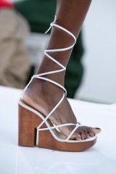 <p><strong>Jacquemus - جاكموس</strong></p> <p>تميزي هذا الصيف باطلالة عصرية وملفتة مع الحذاء ذات الكعب العالي باللون البنيّ تجمّله الشرائط البيضاء التي تعقدينها بطريقة ملفتة على القدم.</p>