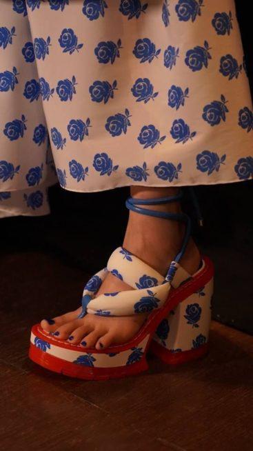 <p><strong>Kenzo - كينزو </strong></p> <p>لاطلالة جريئة في الصيف اختاري هذا الحذاء من دار كينزو باللونين الابيض والازرق والشرائط العريضة التي تزين الكاحل.</p>
