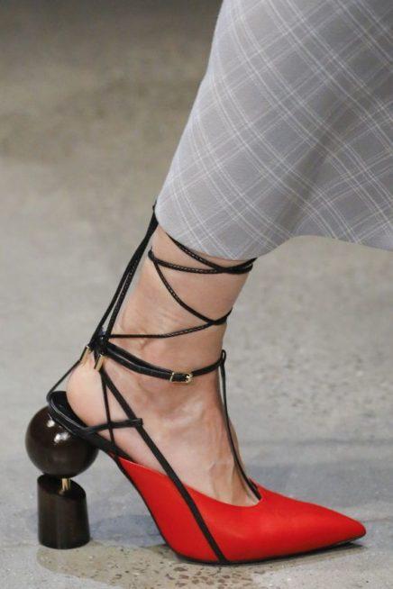 <p><strong>Prabal Gurung - برابال غورونغ </strong></p> <p>مزيج رائع بين الاحمر والاسود في هذا الحذاء العصري مع الشرائط السوداء التي تزيّن الكاحل مع الكعب العالي المبتكر التصميم.</p>