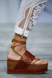 <p><strong>Roberto Cavalli - روبيرتو كافالي</strong></p> <p>حذاء مبتكر باللون البني مع الكعب العالي العريض والشرائط البيج الرفيعة المحبوكة بطريقة ناعمة على الكاحل يتناسب مع السراويل والفساتين على حد سواء.</p>