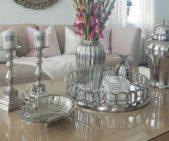 هل تفضّلين إعتماد زينة فخمة لطاولة غرفة المعيشة؟ إتجهي نحو هذا الديكور الذي يعتمد على توزيع الأواني الفضية بأشكالها المتنوعة إنما المتناسقة بالطريقة التي ترينها في الصورة، مع إضافة بعض الأزهار.