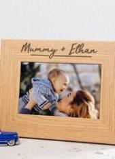 إختاري إطاراً خشبياً ناعماً واحرصي على حفر إسمي الأمّ والطفل عليه بالطريقة الناعمة التي تلاحظينها في الصورة.