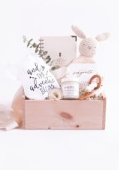<strong></strong>حضّري صندوقاً خشبياً مميزاً وإجمعي فيه بعض الأغراض التي تحتاجها كلّ أمّ بعد ولادتها على غرار المفكرة، الكريم المرطب ولا تنسي إختيار لعبة مناسبة للطفل.