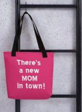 إتجهي نحو هذه الحقيبة التي تتميز بحجمها الكبير والمثالي للأم الجديدة، والعبارة الملفتة التي كتبت عليها.