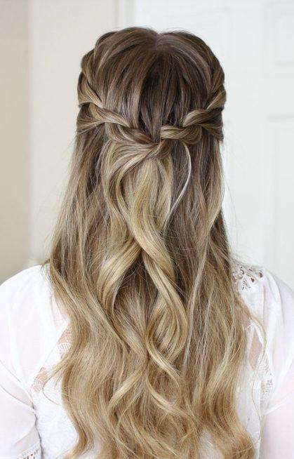 إرفعي شعرك بشكل نصفي وبسيط مستخدمة خصلتين من كلي الجانبين ولفيّها بطريقة ناعمة وملفتة تماماً كما تلاحظين في الصورة.