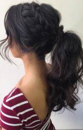 <strong></strong>إذا كنت تميلين نحو الشعر المرفوع، إعتمدي هذه التسريحة السهلة والمميزة والتي ترتكز على تطبيق ضفيرة أعلى الرأس وجمع كامل الشعر على شكل ذيل حصان.