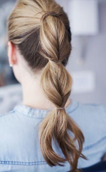 أربطي شعرك على شكل ذيل حصان ثمّ إستخدمي ربطات الشعر كي تطبقي الموديل الملفت الذي ترينه في الصورة.