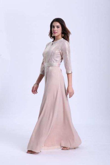 كوني ملفتة للانظار في رمضان هذا العام واختاري الجلابية باللون الزهري الفاتح الانيق والمزينة بالتطريزات الفضية عند الصدر.