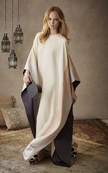 ما رايك بهذه الجلابية المميزة المصممة بالوان الباستيل الناعمة المتناغمة مع اللون الرمادي لاناقة ملفتة في رمضان هذا العام؟