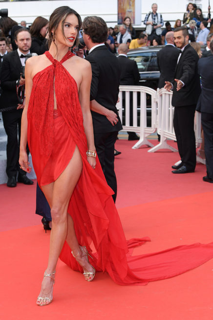 <p><strong>Alessandra Ambrosio اليساندرا امبروزيو</strong></p> <p>من بين الاطلالات الاسوأ في مهرجان كان هي اطلالة النجمة اليساندرا امبروزيو التي اختارت فستاناً أحمر مكشوفاً بالكامل، مع الشلحات المنسدلة عند الجانبين.</p>