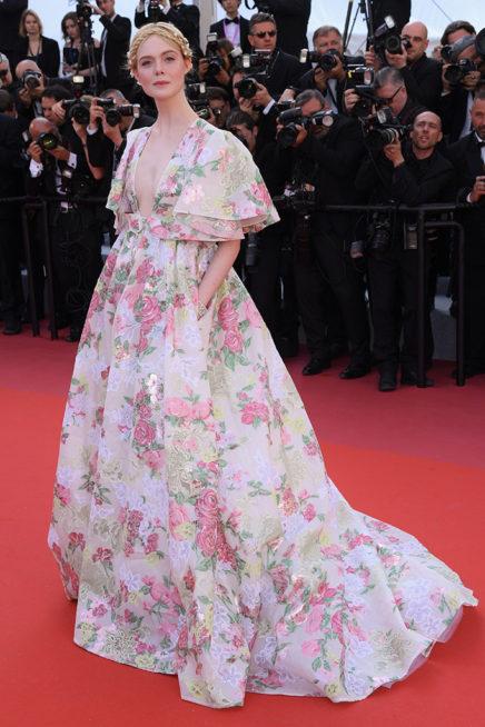 <p><strong>Elle Fanning ايل فانينغ</strong></p> <p>النجمة ايل فانينغ اختارت فستاناً طويلاً غير ملائم لمهرجان كان، حيث ان تصميمه ونقشاته بالازهار الملونة مع الاكمام الفضفاضة جعلت اطلالتها من بين الاطلالات الاسوأ في المهرجان.</p>