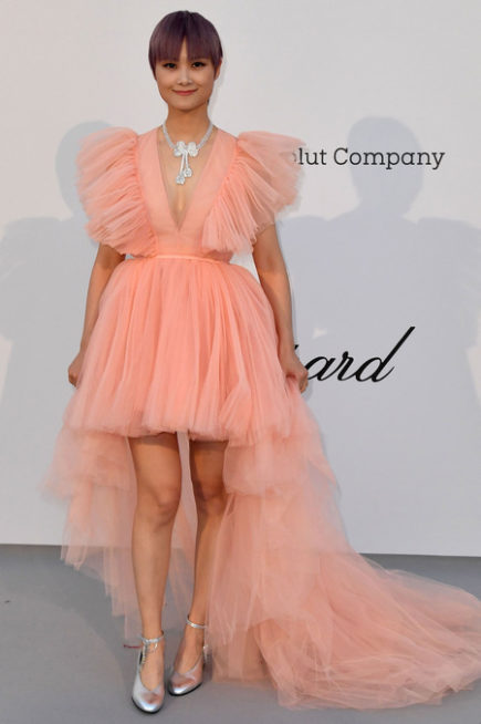<p><strong>Li Yuchun لي يوشون</strong></p> <p>الفستان الزهري المصمم من التول المنفوش مع التدرج في الطول من الامام الى الخلف، جعل اطلالة النجمة لي يوشون من بين الاطلالات الاسوأ في مهرجان كان.</p>