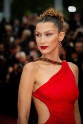 <p><strong>Bella Hadid - بيلا حديد</strong></p> <p>تألقت النجمة الشابة بيلا حديد بفستان أحمر طويل واختارت معه الاقراط الحمراء من دار بلغاري لتخلق تجانساً رائعاً في اطلالتها.</p>