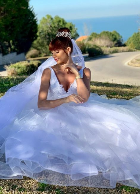 "<p dir=""RTL""><strong>داليدا خليل</strong></p> <p dir=""RTL"">أطلت الممثلة اللبنانية داليدا خليل في مسلسل ""أسود"" الى جانب النجم باسم مغنية بفستان زفاف ابيض ناعم مع الطرحة الطويلة المزينة بإكسسوار الشعر.</p>"