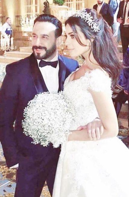 """<p dir=""""RTL""""><strong>نادين نسيب نجيم</strong></p> <p dir=""""RTL"""">الممثلة اللبنانية نادين نسيب نجيم كانت لها إطلالة لافتة بفستان الزفاف في مسلسل """"خمسة ونص"""" الى جانب الممثل قصي خولي واثارت إعجاب متابعيها الذين علقوا على إطلالتها بشكل ايجابي.</p>"""