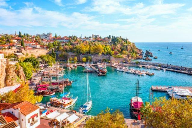 <strong>Antalya - </strong><strong>أنطاليا<br /><br /> </strong>تضمّ أنطاليا مجموعة من المواقع الأثرية المهمة كما تتميّز بطبيعتها الساحرة وشواطئها الرائعة، وتوفّر للعشاق والأزواج فرصة قضاء عطلة رومنسية لا تنتسى.