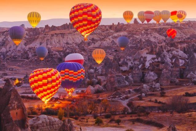 <strong>Cappadocia - </strong><strong>كابادوكيا<br /><br /> </strong>تعتبر كابادوكيا من المناطق الأكثر تميزاً في تركيا، حيث يمكن للأزواج والعشّاق قضاء أروع اللحظات الرومنسية أثناء مشاهدة شروق أو غروب الشمس خلال رحلة في المنطاد.