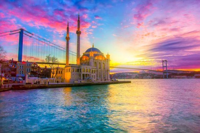 <strong>Istanbul - اسطنبول<br /><br /> </strong>تعتبر العاصمة اسطنبول من الوجهات المثالية للرحلات الرومنسية إذ تجمع ما بين روعة الطبيعة، المواقع التاريخية المهمة والنشاطات المميزة المتاحة للأزواج على غرار الرحلات البحرية والإستمتاع بأروع منظر للغروب.