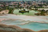 <strong>Pamukkale - </strong><strong>باموكالي<br /><br /> </strong>تتميّز مدينة باموكالي بطبيعتها الساحرة وتشكيلاتها الجيولوجية الملفتة، كما تضمّ ينابيع مياه ساخنة وبقايا تاريخية مهمة وتعتبر من الأماكن المناسبة لقضاء عطلة ممتعة ورومنسية في الوقت عينه في تركيا.