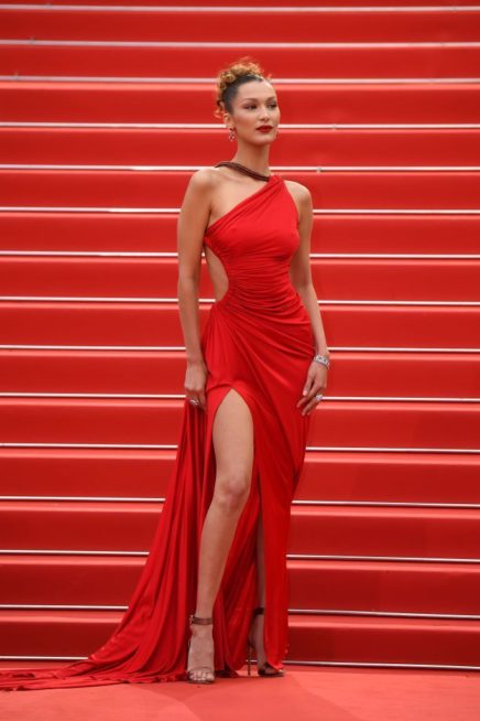 <p><strong>Bella Hadid - بيلا حديد</strong></p> <p>تألقت النجمة بيلا حديد باطلالة ملفتة ومتميزة بالفستان الاحمر الطويل مع الشق الجانبي العالي والفتحة الجانبية، وقصة الكتف الواحد من دار روبيرتو كافالي.</p>