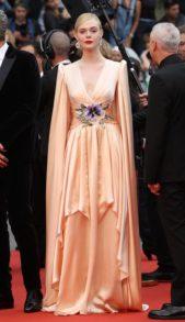 <p><strong>Elle Fanning - ايل فانينغ</strong></p> <p>بفستان طويل من الساتان الزهري الفاتح اطلت النجمة ايل فانينغ في مهرجان كان، وقد اختارته من دار غوتشي، التي حرصت على تزيين الفستان عند الخصر بنقشة ملونة على شكل ازهار.</p>