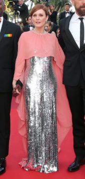 <p><strong>Julianne Moore - جوليان مور</strong></p> <p>اطلالة انيقة وفاخرة للنجمة جوليان مور بفستان طويل فضي براق بقصة مستقيمة يجمّله الكاب الطويل باللون الزهري مع دار جيفنشي.</p>