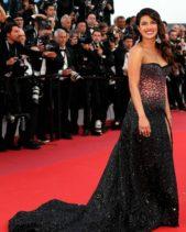 <p><strong>Priyanka Chopra - بريانكا شوبرا</strong></p> <p>اناقة مبهرة للنجمة بريانكا شوبرا من توقيع دار روبيرتو كافالي، حيث اختارت أن تبرز جمالها بفستان أسود ماكسي براق مكشوف الكتفين مع الزينة الزهرية البراقة عند الخصر.</p>