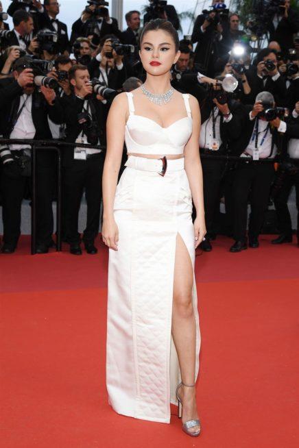 <p><strong>Selena Gomez - سيلينا غوميز</strong></p> <p>اطلالة شبابية انيقة اختارتها النجمة سيلينا غوميز من دار لويس فيتون حيث انتقت التنورة الطويلة البيضاء بقصة مستقيمة مع الشق الجانبي العالي ونسقت معها الكروب توب الابيض لمزيد من السحر الانثوي.</p>