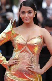 <strong><strong>آشواريا راي<br /> Aishwarya Rai<br /><br /> </strong></strong>طبّقي تسريحة الممثلة الهندية العالمية آشواريا راي البسيطة والأنيقة والتي تعتمد على الشعر الأملس المسدل مع الفرق الجانبي.