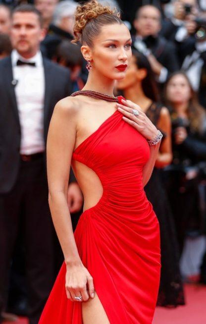 <strong>بيلا حديد<br /> Bella Hadid<br /><br /> </strong>إرفعي شعرك على طريقة عارضة الأزياء العالمية بيلا حديد، عبر تطبيق الفرق الوسطي مع رفع الشعر الكيرلي إلى أعلى الرأس.