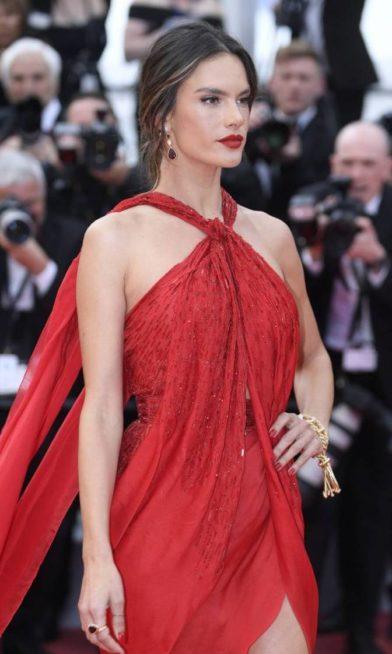 <strong>أليساندرا أمبروزيو<br /> Alessandra Ambrosio<br /><br /> </strong>إذا كنت تفضّلين رفع شعرك بطريقة ناعمة وطبيعية طبّقي تسريحة عارضة الأزياء العالميةأليساندرا أمبروزيو، التي ترتكز على الفرق الوسطي مع جمع الشعر بشكل منخفض.