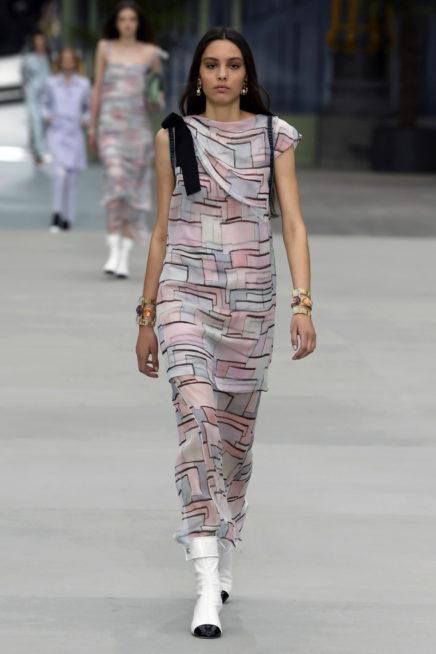 لحيوية اكبر في اطلالتك في الصيف اختاري هذا الفستان الطويل المصمم بطريقة عصرية مع الالوان المتداخلة ببعضها البعض.