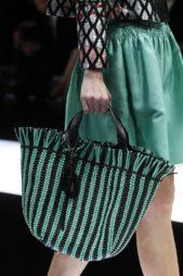 <p><strong>Giorgio Armani - جورجيو أرماني</strong></p> <p>لتكوني ملفتة في اطلالتك هذا الصيف يمكنك أن تختاري الحقيبة على شكل سلة كبير بالتقليمات الخضراء والسوداء مع الحزام الجلدي الاسود.</p>