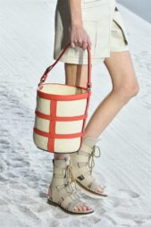 <p><strong>Hermes - هرميس</strong></p> <p>لتبدو اطلالتك أكثر عصرية في صيف 2019 يمكنك أن تتألقي بهذه الحقيبة على شكل سلة مصنوعة من الجلد باللون البيج مع التصاميم البرتقالية اللون.</p>