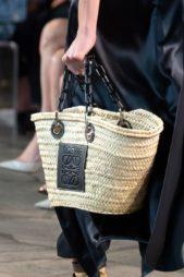 <p><strong>Loewe - لويفي</strong></p> <p>تقدّم هذه الدار حقيبة رائعة على شكل سلة كبيرة مصنوعة من القش باللون البيج مع بعض الزينة الجلدية السوداء.</p>