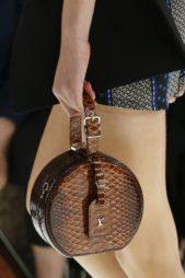 <p><strong>Louis Vuitton - لويس فيتون</strong></p> <p>ان كنت تميلين الى الحقائب الصغيرة الحجم يمكنك ان تختاري هذا الصيف حقيبة السلة المستديرة الصغيرة المصممة من الجلد الفاخر بتدرجات اللون البني.</p>