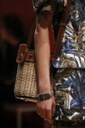 <p><strong>Salvatore Ferragamo - سلفاتوري فيراغامو</strong></p> <p>لتبدو اطلالتك اكثر عصرية في هذا الصيف اختاري حقيبة السلة الرائجة جداً وانتقيها مصممة من القش والجلد باللونين البيج والبني.</p>
