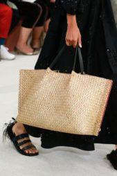 <p><strong>Valentino - فالنتينو</strong></p> <p>اليك هذه الحقيبة على شكل سلة كبيرة من القش البيج في صيف 2019 لتتألقي بها في إطلالتك على الشاطئ.</p>