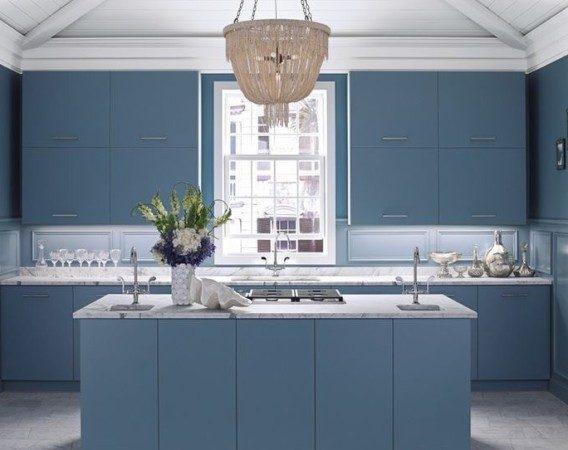 <strong></strong>يعتبر اللون الأزرق ذات الدرجة الداكنة من الألوان التي تساهم في تهدئة الأعصاب وتبدو مثالية جداً لديكور المطبخ.