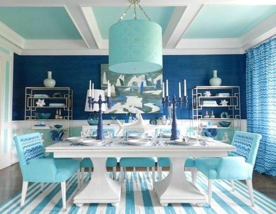 تعزّز ألوان التركواز والأزرق هدوء الأعصاب، وننصحك بتطبيقها في ديكور غرفة طعامك تماماً كما تلاحظين في الصورة.