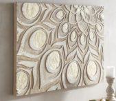 لوحة جدارية منحوتة بطريقة ناعمة وأنيقة ترتكز على الألوان الكلاسيكية والفاتحة، وتبدو مثالية للصالون.