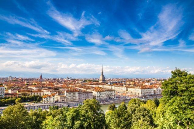 <strong>تورينو -<span>Turin</span><br /><br /> </strong>تكثر المتاجر وتتنوّع في مدينة تورينو وتعرض مختلف أنواع البضائع من ملابس راقية وعملية، إضافة إلى المتاجر المخصصة لبيع التحف والتذكارات.