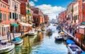 <strong>البندقية -<span>Venice</span><br /><br /> </strong>تعتبر البندقية من أهمّ المدن السياحية في إيطاليا والعالم، كما تشكّل إحدى أبرز وجهات التسوق إذ تكثر فيها المتاجر التي تعرض آخر صيحات الموضة تماماً كما التحف والأكسسوارات المنزلية.