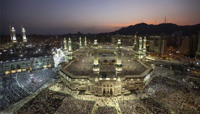 هدوء، أنوار وجمال... هكذا تظهر مكة المكرمة ليلاً.