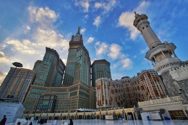 في هذه الصورة يظهر جمال الفن المعماري السعودي الذي يتجسد في أبنية فريدة من حيث التصميم والألوان.