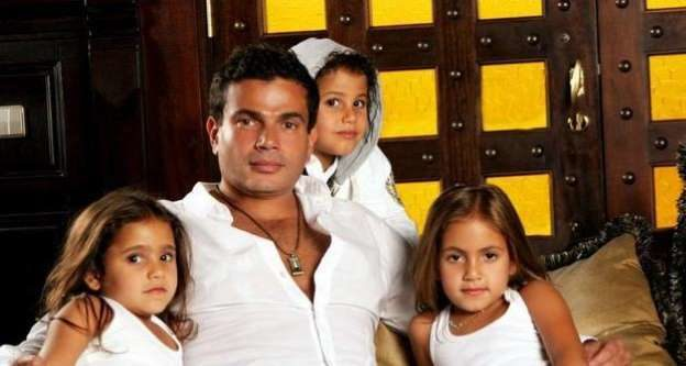 """<p dir=""""RTL""""><strong>عمرو دياب</strong></p> <p dir=""""RTL"""">للفنان المصري عمرو دياب توأماً من زوجته الثانية زينة عاشور استقبلهما في العام 1999، وهما فتاة وصبي يدعيان """"عبدالله وكنزي"""".</p>"""