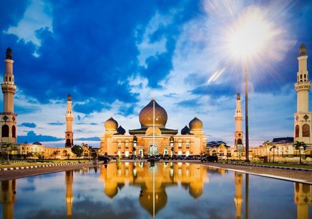 مسجد النور من أروع المساجد الاندونيسية التي يمكنك زيارتها خلال رمضان.