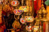 لا تنسي الذهاب إلى سوق دبي لشراء هذه الفوانيس اليدوية المصنوعة من النحاس.